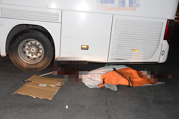 Poşetli dede otobüsün altında kalarak öldü