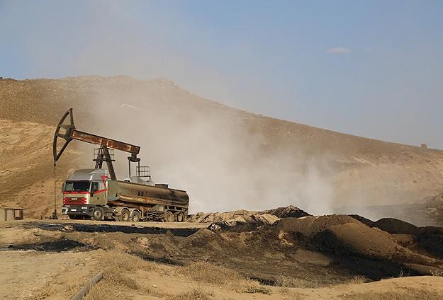 Suriye petrolü toprağa akıyor