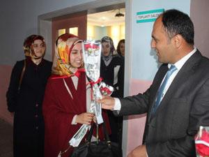 """Beyşehir'de öğretmenlere """"Hoşgeldiniz"""" çiçeği"""