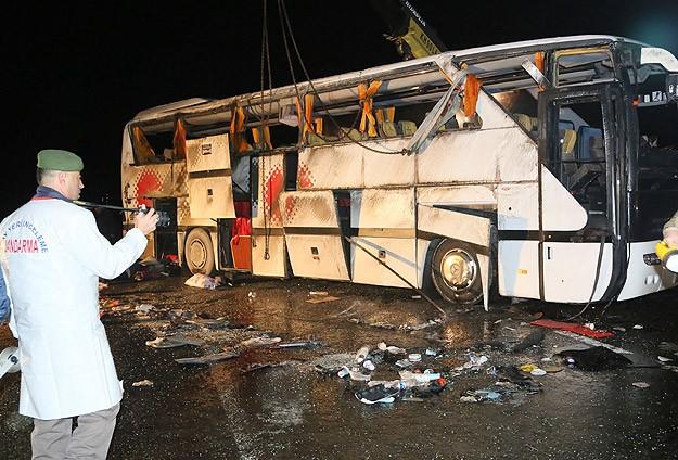 Polis otobüsü devrildi: 3 şehit, 35 yaralı