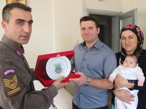 Beyşehir jandarmasından baba olan gaziye ziyaret