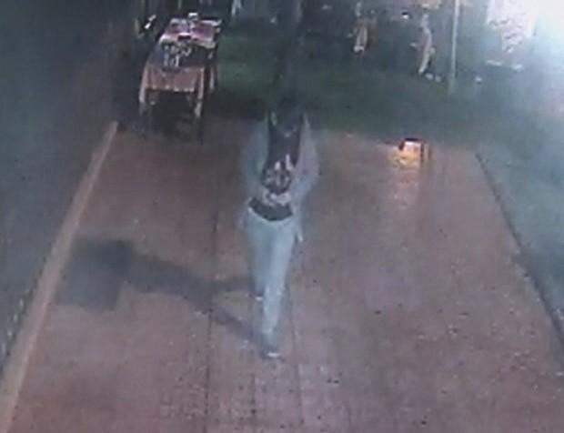 Çaldığı parayı güvenlik kamerasının önünde saydı