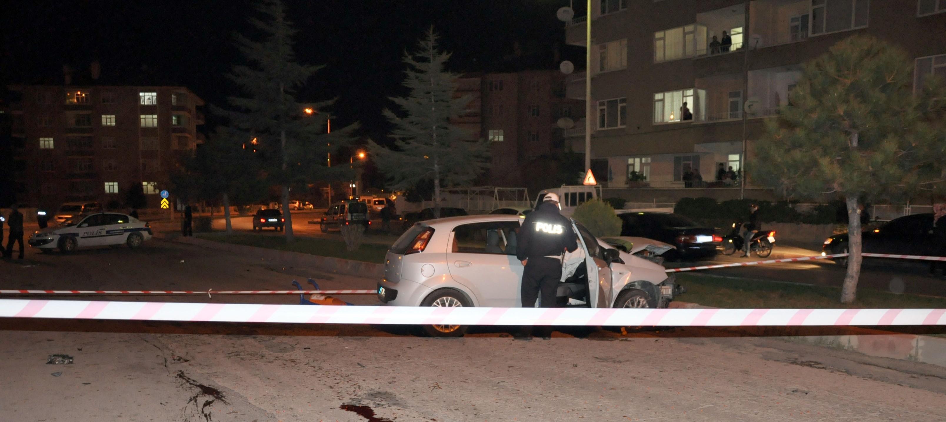 Otomobil durakta bekleyen çifte çarptı: 1 ölü 1 yaralı