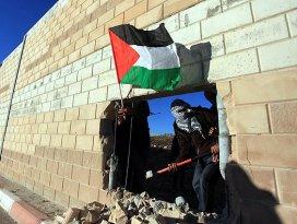 Filistinliler Ayrım Duvarında delik açtı