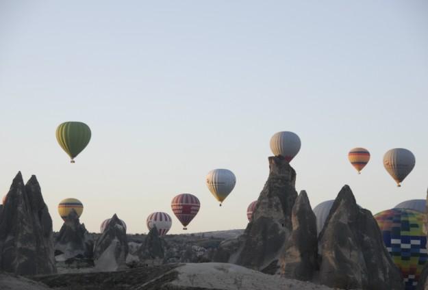 Balonlar Ataya saygı için havalandı