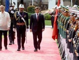Davutoğlu Filipinlerde askeri törenle karşılandı