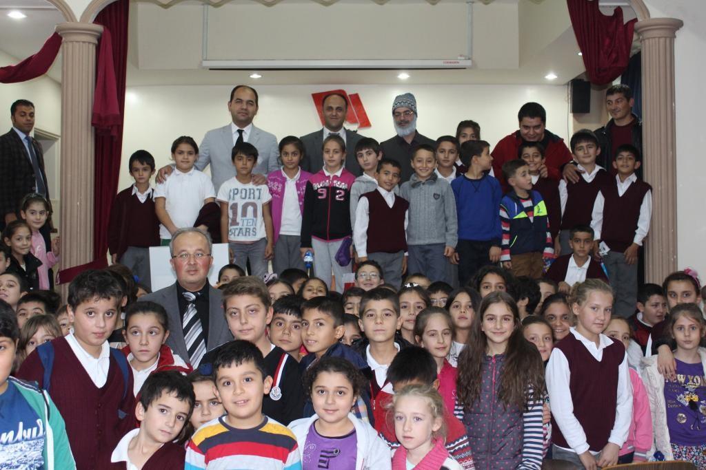 Başkan Özaltun çocuklarla tiyatro izledi