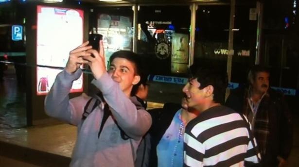 Şüpheli çanta önünde selfie çektiler