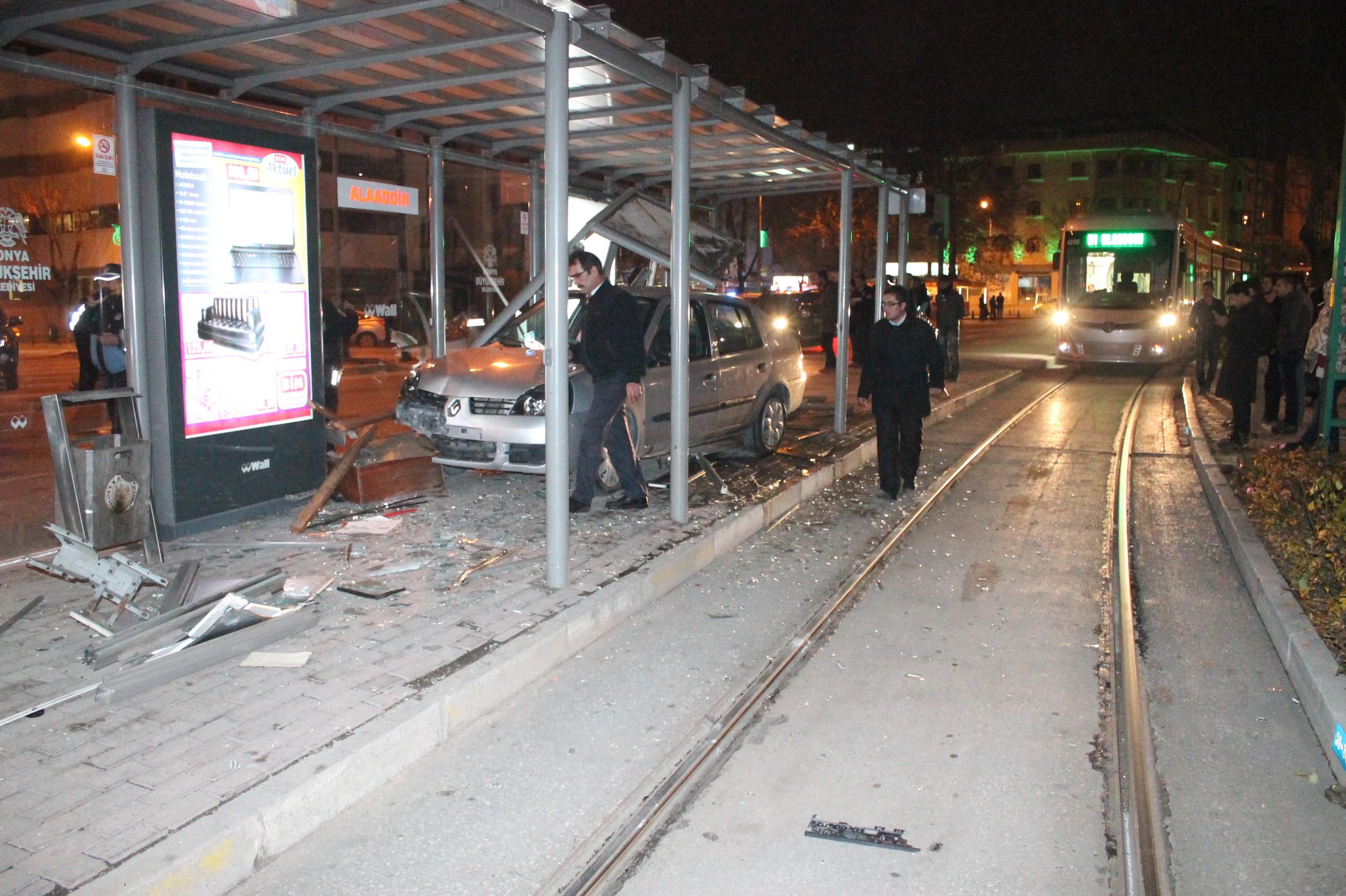 Otomobil tramvay durağına daldı!