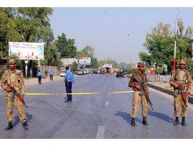 Pakistanda okula silahlı baskın