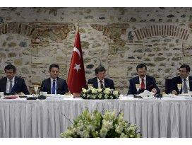 Davutoğlu Türkiye B20 temsilcileriyle bir arada