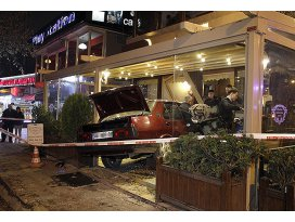Kontrolden çıkan otomobil lokantaya girdi
