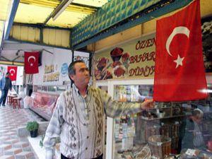 Altınekinli esnafa Türk bayrağı
