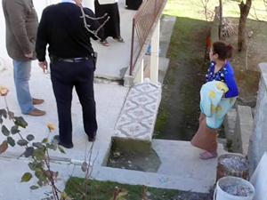 Şiddet mağduru kadın bebeğiyle polise sığındı