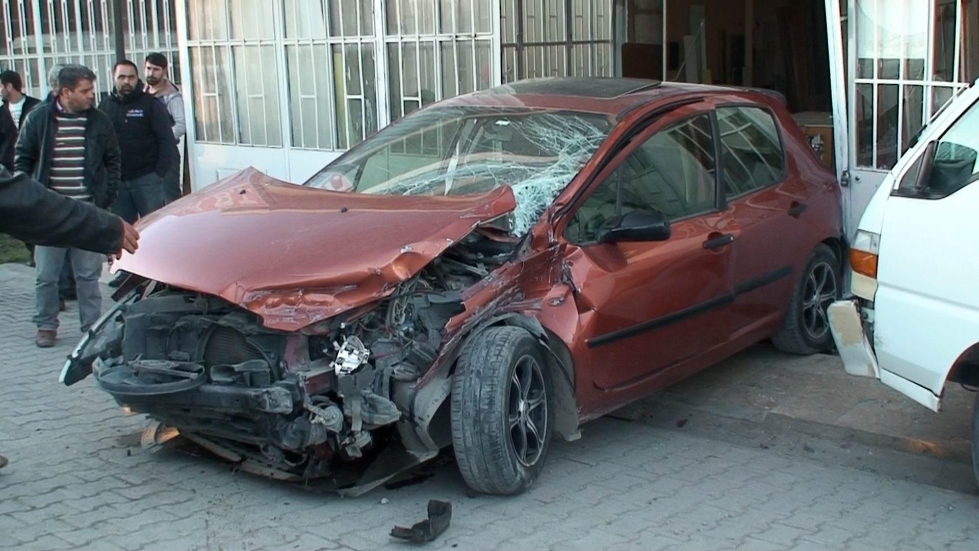 Konyada otomobil kamyonete çarptı