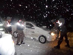 Karda mahsur kalan araçları jandarma kurtardı