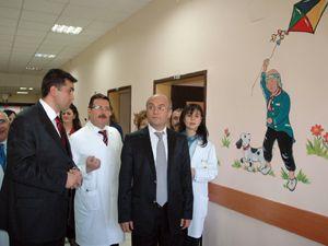 Hasta çocuklara moral için duvarlar renklendi