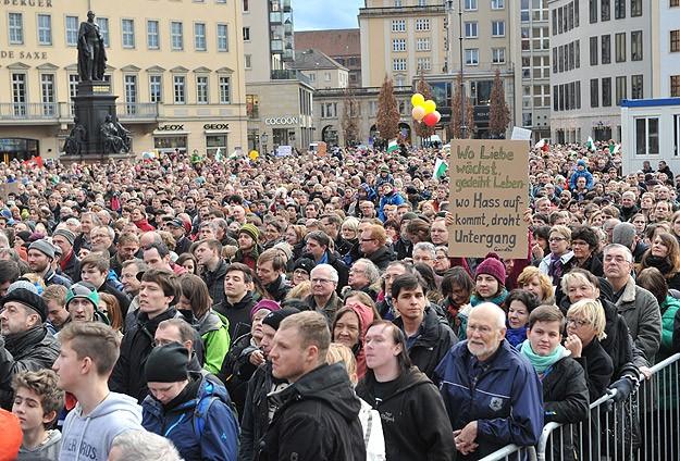 Dresdende PEGIDA karşıtı gösteri