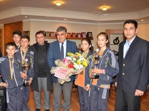 Şampiyon kros takımından Başkan Özgüven'e ziyaret
