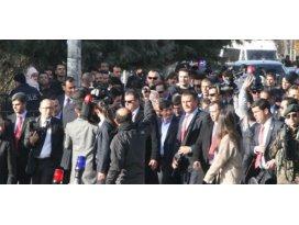 Başbakan Davutoğlu el öpüp simit dağıttı