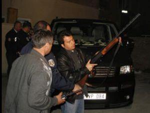 Hırsızları tüfekle kovaladı
