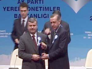 Akyürek, Başbakanın elinden ödülünü aldı