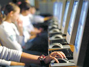 Türkler, haftada 8 saatini internet başında geçiriyor