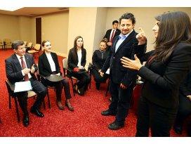 Başbakan Davutoğlu işaret dili dersine katıldı