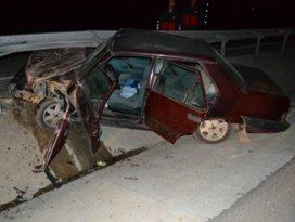 Otomobil bariyerlere çarptı! 1 ağır yaralı
