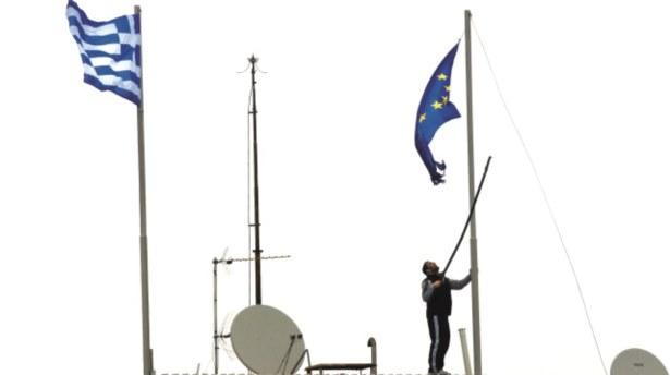 Yunanlılar AB bayrağını indirdi