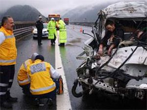 Otomobil ile kamyon çarpıştı: 2 ölü, 3 yaralı