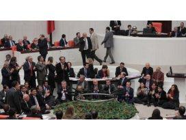 HDP'lilerden mecliste 6.5 saatlik oturma eylemi