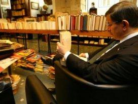 Başbakanın kitap molası: Kitapçıları gezdi