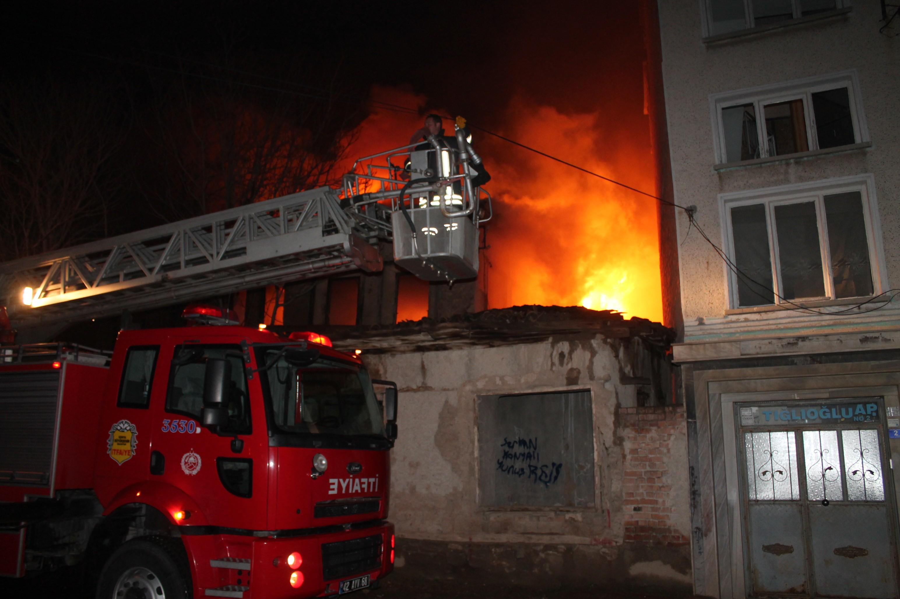 Konyada tarihi ev yandı