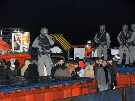 Kaçak göçmen taşıyan yük gemisine operasyon