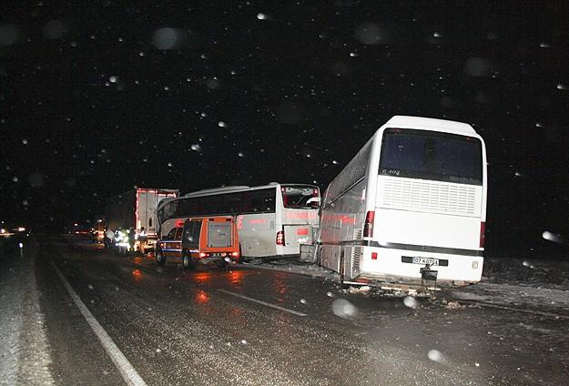 Zincirleme trafik kazası: 1 ölü, 15 yaralı