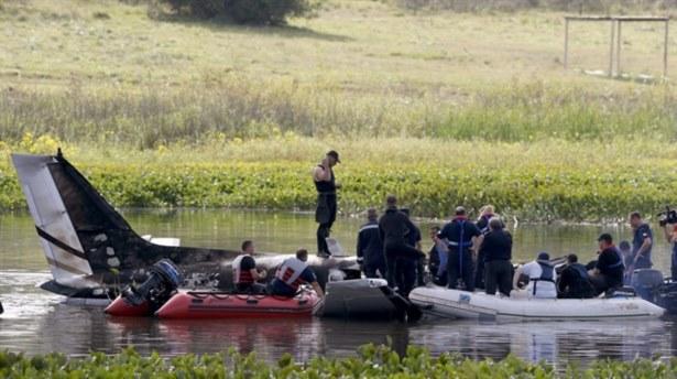 Uçak yanarak nehre düştü