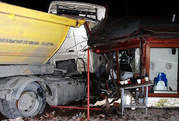 Hafriyat kamyonu restorana çarptı