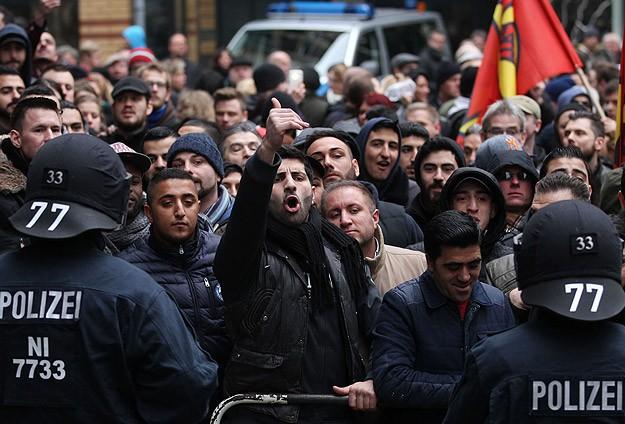 PEGIDA ve karşıtları gösteri düzenledi