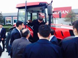 Davutoğlu traktörle tur attı