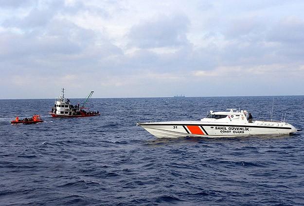 Boğulma tehlikesi geçiren 33 kaçak kurtardı