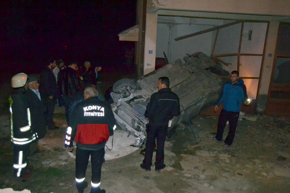 Otomobil takla attı binanın garajına girdi: 3 yaralı
