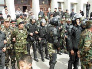 Kırgızistanda devlet sarayı ateşe verildi