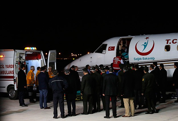 Yaralı askerler ambulans uçakla Ankaraya getirildi
