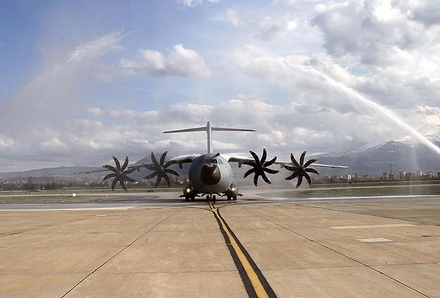 İspanyada askeri nakliye uçağı düştü