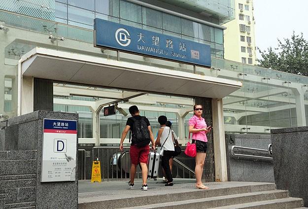Çinde metroda tuhaf elbise giyilmemesi uyarısı