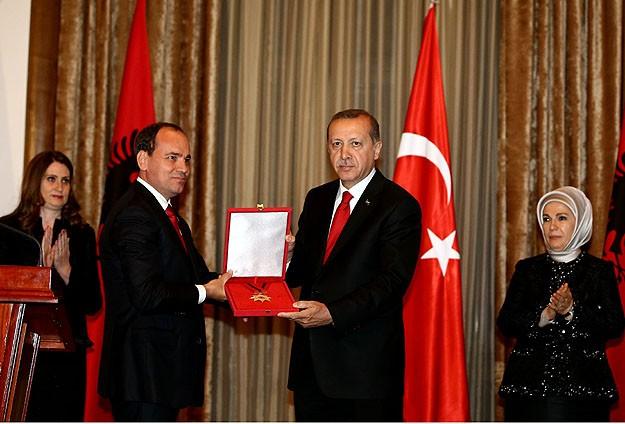 Cumhurbaşkanı Erdoğana Ulusal Bayrak Nişanı