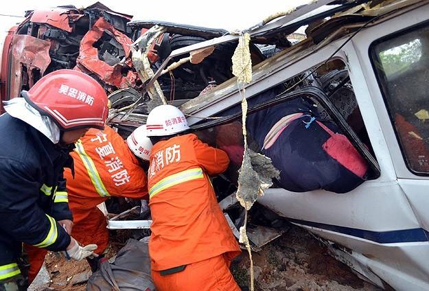Çinde yolcu otobüsü uçuruma yuvarlandı: 35 ölü