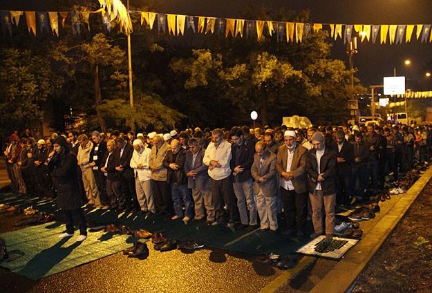 İsrail Büyükelçiliği önünde sabah namazı kılındı