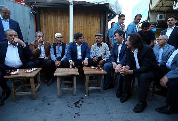 Davutoğlu vatandaşlarla çay içti